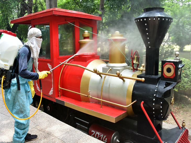 यह तस्वीर लखनऊ के जू की है। यह आम लोगों के लिए खोल दिया गया। जू में चलने वाली बच्चों की टॉय ट्रेन को एक राउंड के बाद सैनिटाइज किया जाता है।