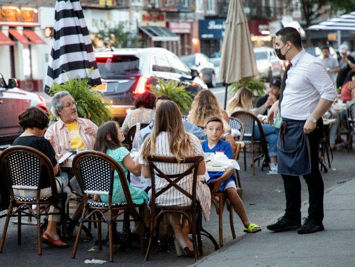 न्यूयॉर्क सिटी में रीओपनिंग के बाद लोग रेस्टोरेंट में खाते नजर आए। यह राज्य अमेरिका में कोरोना का एपिसेंटर रहा है। करीब 3 महीने के बाद न्यूयॉर्क सिटी में अर्थव्यवस्था को खोला गया है