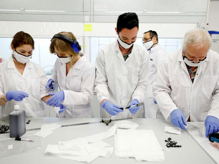 इजराइल के सोनोविया कंपनी के कर्मचारी वाशेबल और रीयूजेबल मास्क बनाते हुए। कंपनी का कहना है कि इससे कोरोनावायरस को फैलने से रोकने में मदद मिलेगी।