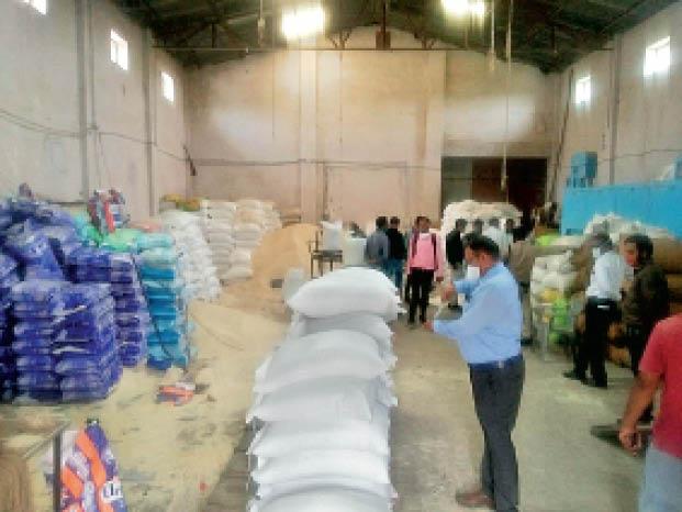तीसरे व्यापारी का गोदाम खोला, कैडबरी के कट्टों में मिला 114 क्विंटल गेहूं, चावल के कट्टे भी जब्त|नीमच,Neemuch - Dainik Bhaskar