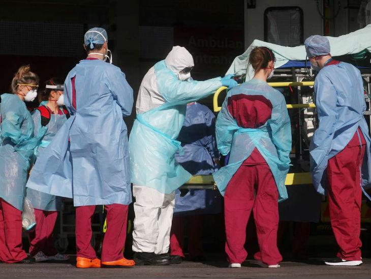 ब्रिटेन के सेंट थॉमस अस्पताल के मेडिकल स्टाफ एक कोरोना मरीज को भर्ती करने ले जाते हुए। ब्रिटेन में कोरोना के दूसरे वैक्सीन का ट्रायल किया जा रहा है। 300 लोगों पर इसकी जांच होगी।