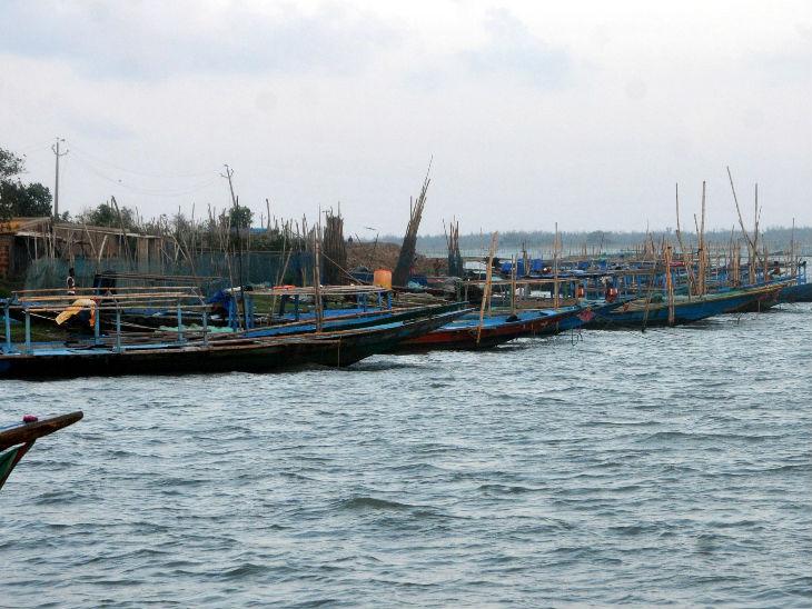 चिल्का लेक में 160 से भी ज्यादा प्रकार की मछलियों मौजूद हैं। बोटिंग के साथ-साथ यहां फिशिंग करने की सुविधा भी है।