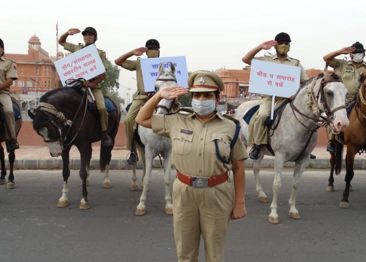 जयपुर में परकोटे में स्थित बड़ी चौपड़ पर कोरोना संक्रमण से बचाव के लिए जागरूकता संदेश देते पुलिस के घुड़सवार व महिला पुलिस अफसर सुनीता मीणा