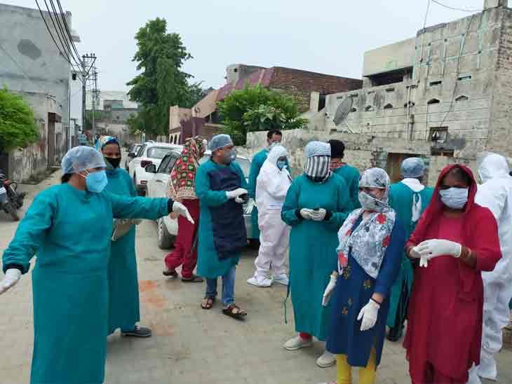 करनाल के निसिंग में सैंपल लेने पहुंची स्वास्थ्य विभाग की टीम। - Dainik Bhaskar