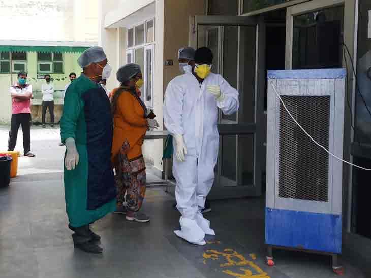 करनाल के अस्पताल में मरीजों के कोरोना टेस्ट के लिए सैंपल लेने की तैयारी करते हुए डॉक्टरों की टीम। - Dainik Bhaskar