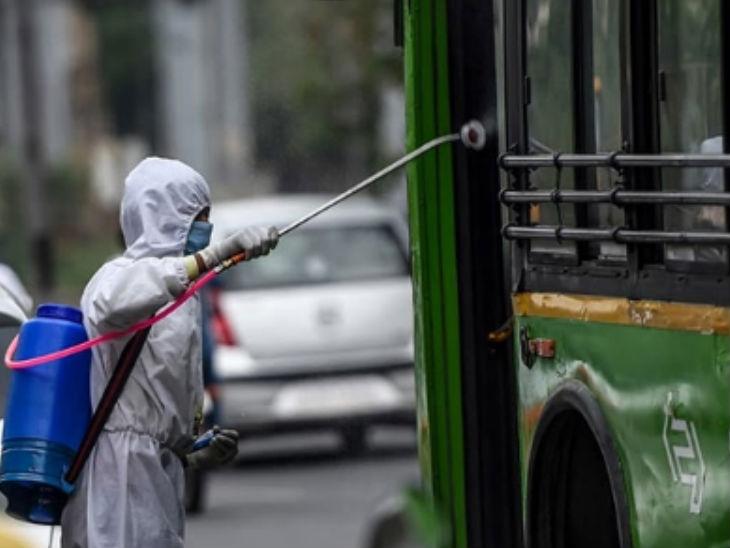 दिल्ली में कोरोना संक्रमण के मामले लगातार बढ़ रहे हैं, इसको देखते हुए यहां की बसों को सैनिटाइज किया जा रहा है।