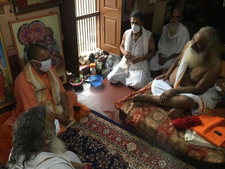 राम मंदिर ट्रस्ट के अध्यक्ष महंत नृत्यगोपाल से भेंट करते सीएम योगी।