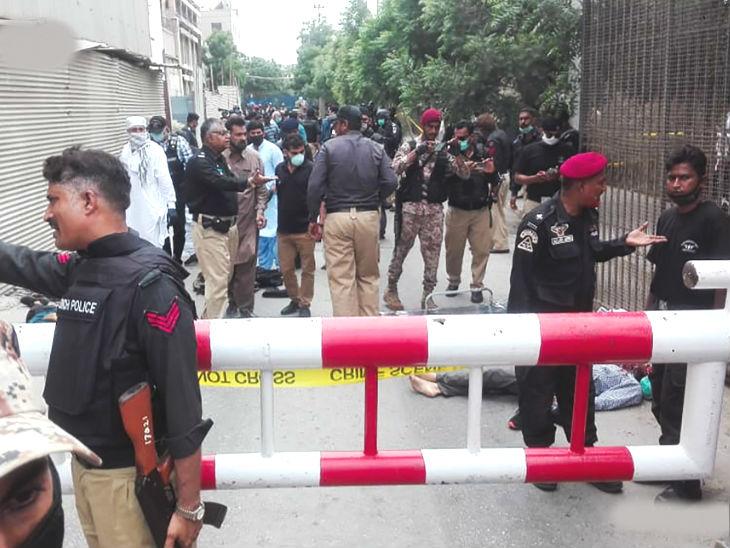 घटनास्थल पर भारी संख्या में पुलिस तैनात है। सोमवार को स्टॉक एक्सचेंज में भीड़ कम थी। आमतौर पर यहां 6 हजार तक लोग मौजूद होते हैं।
