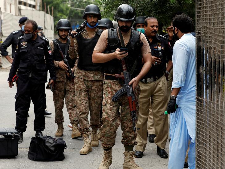 आतंकियों के पहुंचने के तुरंत बाद पुलिस टीम मौके पर पहुंच गई। बिल्डिंग को चारों ओर से घेर लिया गया। हमले में चार सुरक्षाकर्मी और एक सब इंस्पेक्टर की भी मौत हो गई।