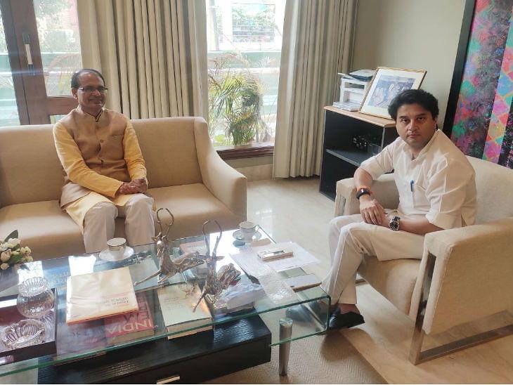 मुख्यमंत्री शिवराज सिंह चौहान ने दिल्ली में ज्योतिरादित्य सिंधिया से मुलाकात की। यहां सिंधिया ने सीएम रिलीफ फंड में 30 लाख का चेक सौंपा।