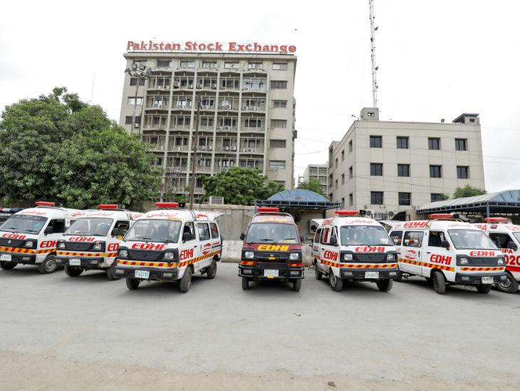 स्टॉक एक्सचेंज पर हमले के बाद बिल्डिंग के बाहर एंबुलेंस नजर आए। हमले में सात लोग घायल भी हो गए। इनमें चार की हालत गंभीर बताई जा रही है।