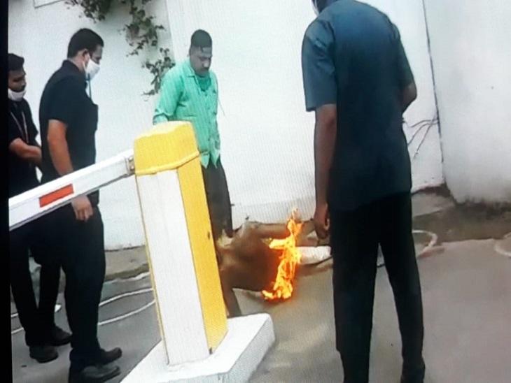 तस्वीर रायपुर की है। सीएम हाउस के बाहर धमतरी के रहने वाला हरदेव इस तरह खुद को आग लगाकर गिर पड़ा, सुरक्षाकर्मियों ने उसकी जान बचाई।