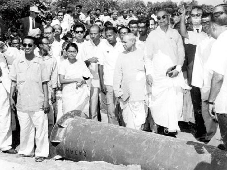 तत्कालीन मुख्यमंत्री बिधान चंद्र रॉय साल्ट लेक सुधार स्कीम के उद्घाटन के दौरान। यह तस्वीर 16 अप्रैल 1962 की है। काले चश्मे में डॉ. रॉय (दाएं)
