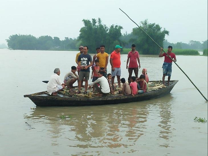 प्राणपुर के लोगों के आवागमन का एक मात्र जरिया नाव है। सड़कें पानी में डूब गईं हैं।