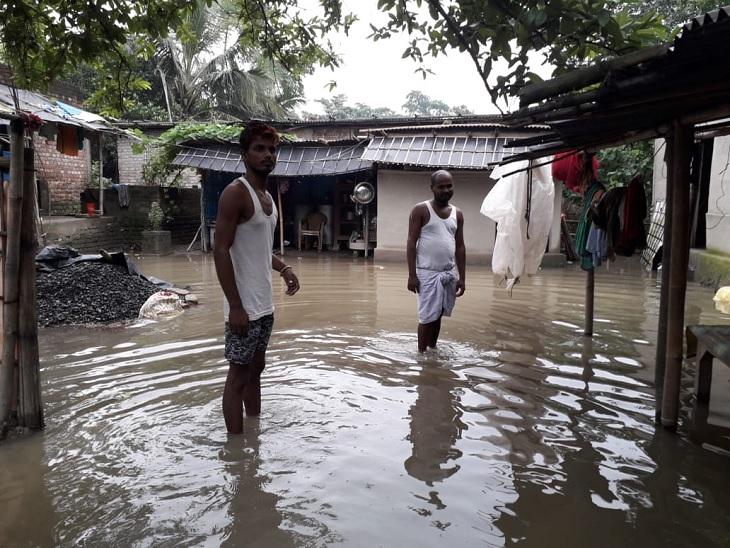 कदवा गांव के घर में घुसा बाढ़ का पानी।