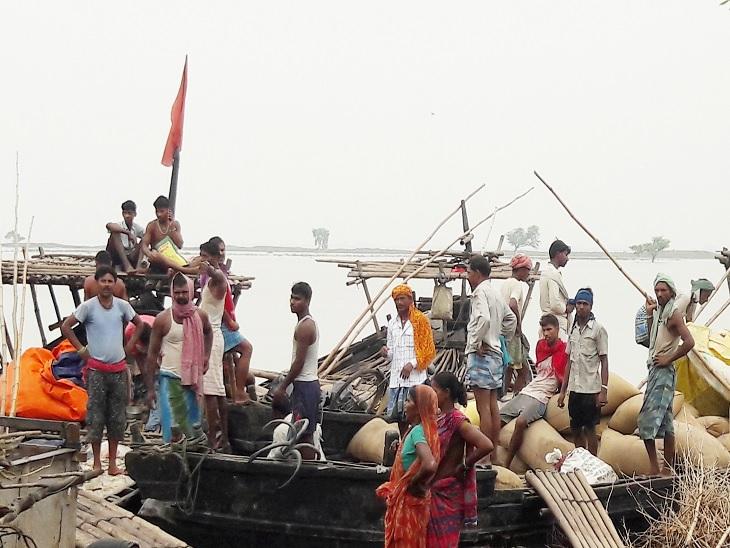 गोबराही दियारा से नाव में अनाज और अन्य सामान रखकर आए बाढ़ प्रभावित लोग।