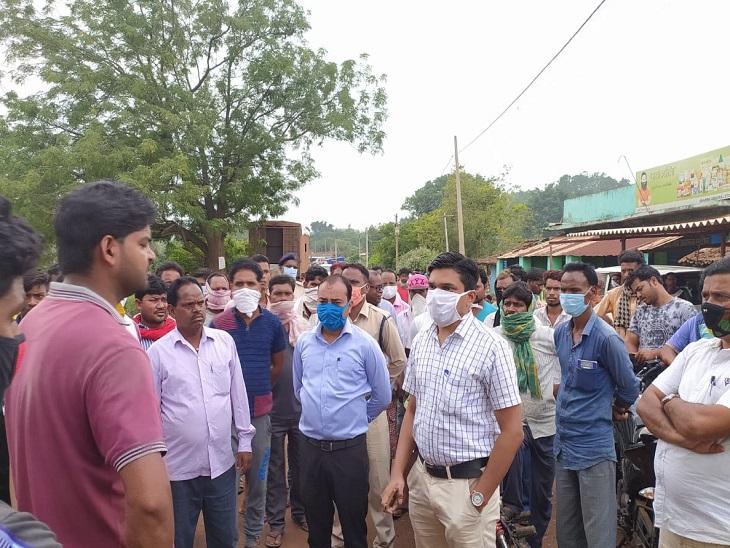 तस्वीर जशपुर कुसमी मार्ग की है। लचर हो चुकी कानून व्यवस्था को सह रहे लोग इस हत्या कांड के बाद खुद को रोक ना सके और प्रशासनिक अधिकारियों के साथ अपने सवाले लेकर भिड़ गए।