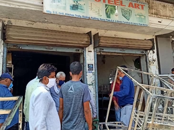 यह तस्वीर लखनऊ के खुर्रम नगर इलाके की है। प्रशासन ने यहां सीएए हिंसा के एक आरोपी की संपत्ति कुर्क कर ली। - Dainik Bhaskar