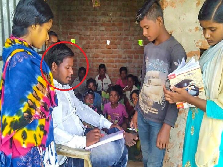 बच्चों को पढ़ाते लाल घेरे में नीरज मुर्मू। गिरिडीह के दुलियाकरम निवासी नीरज मुर्मू नीरज 10 साल की उम्र में परिवार का पेट पालने के लिए अभ्रक खदानों में बाल मजदूरी करता था। इसक्रम में बचपन बचाओ आंदोलन के कार्यकर्ताओं ने उसे बाल मजदूरी से मुक्त कराया। इसके बाद नीरज सत्यार्थी आंदोलन के साथ मिलकर बाल मजदूरी के खिलाफ काम करने लगा। - Dainik Bhaskar