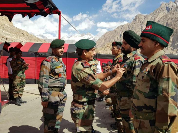 रिटायर्ड लेफ्टिनेंट जनरल सतीश दुआ, सेना की कश्मीर स्थित कमांड के प्रमुख रह चुके हैं। उनके रहते ही सेना ने सर्जिकल स्ट्राइक को अंजाम दिया था।