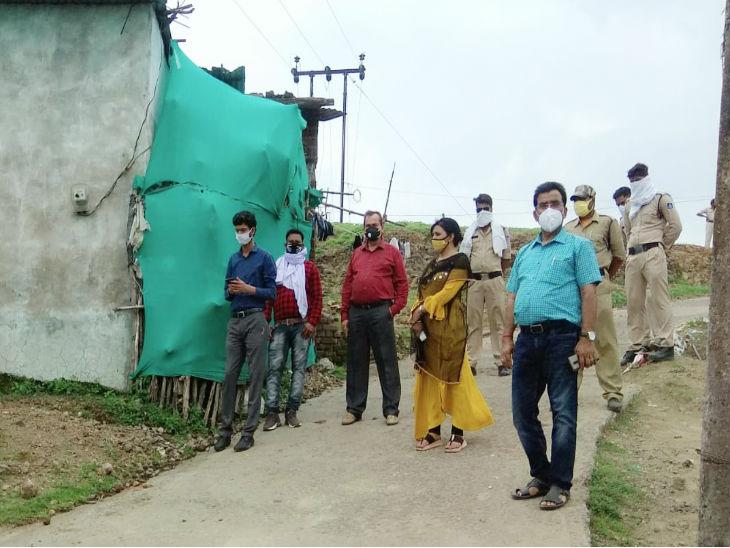 रायसेन के बेगमगंज इलाके में कोरोना पॉजिटिव आने के बाद उसके घर के पास निरीक्षण करने पहुंची तहसीलदार निकिता तिवारी और स्वास्थ्य विभाग की टीम।