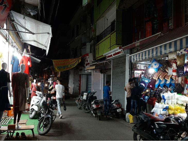 भोपाल में गुरुवार से अनलॉक 2 में दुकानें 10 बजे तक खोली जा रही हैं, लेकिन गुरुवार को न्यू मार्केट में कई व्यापारियों ने दुकानें जल्दी बंद कर दी हैं।