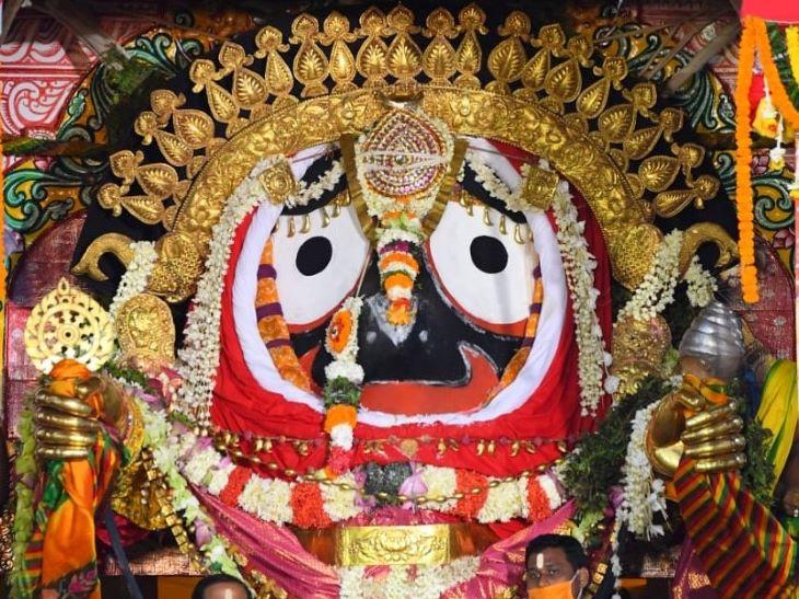 भगवान जगन्नाथ को रथयात्रा लौटने के दूसरे दिन स्वर्ण आभूषण पहनाए जाते हैं। इस परंपरा को सुनाबेसा कहा जाता है। इसे देखने बड़ी संख्या में लोग आते हैं, लेकिन इस साल इस परंपरा के दौरान पुरी शहर में कर्फ्यू लगाया गया था।