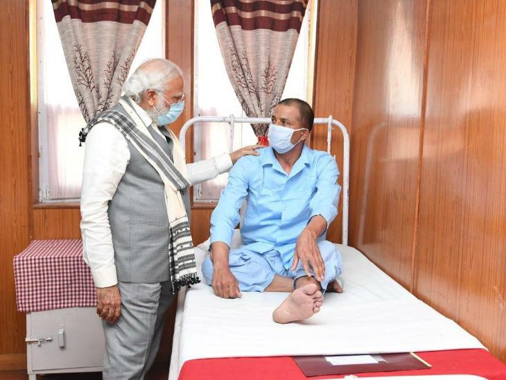 अस्पताल में मोदी ने अस्पताल में सैनिकों से कहा- आपको छूकर और देखकर एक ऊर्जा मिलती है। आपको नमन करने आया हूं।