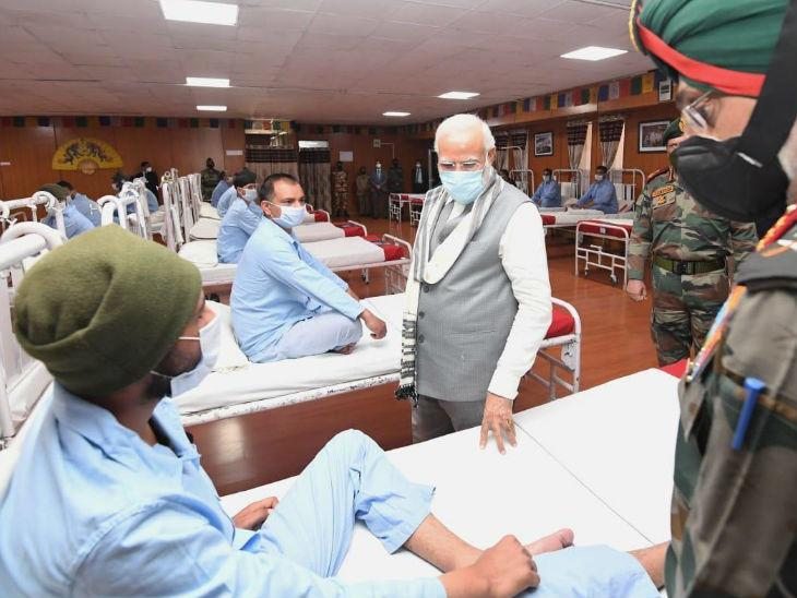 गलवान के शहीदों को याद करने के बाद घायल जवानों से मिले मोदी, कहा- पूरी दुनिया आपकी वीरता का एनालिसिस कर रही|देश,National - Dainik Bhaskar