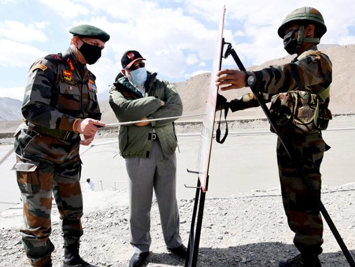 लद्दाख में प्रधानमंत्री मोदी गुरुवार को जवानों से मिले। मैप के जरिए वहां के हालात को समझा। इस मौके पर उन्होंने कहा- सैनिकों की वीरता के आगे देश नतमस्तक है। - Dainik Bhaskar