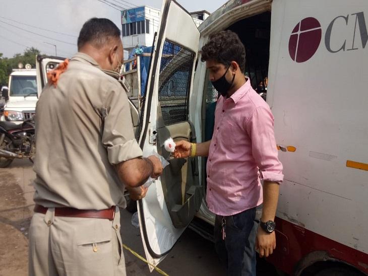 मौके पर पहुंची पुलिस ने जांच शुरू कर दी है, पुलिस को मौके से कुछ अहम सुराग मिले हैं, अधिकारी आरोपियों को जल्द पकड़ लेने का दावा कर रहे हैं।