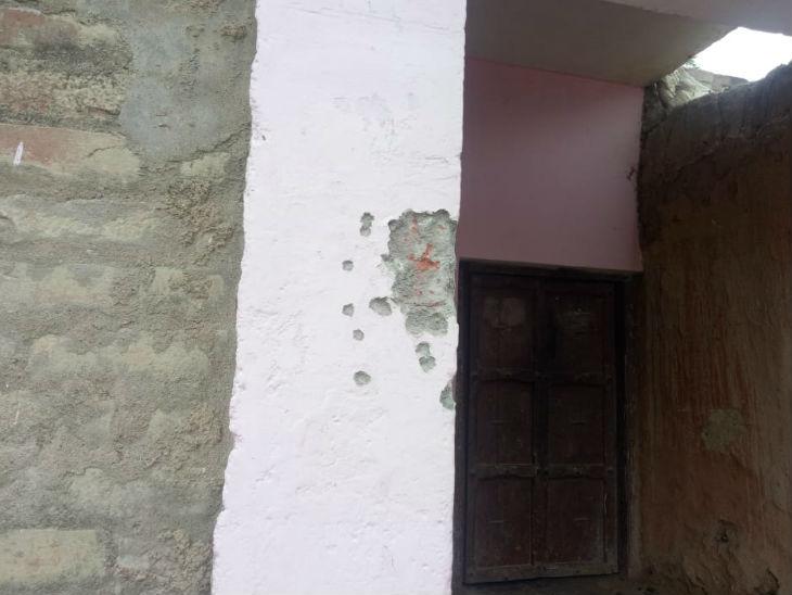बिकरू गांव में पुलिस और बदमाशों के बीच हुई मुठभेड़ में गोली के निशान।