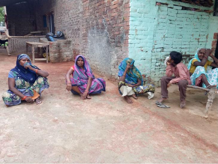 यह तस्वीर बिकरु गांव की है। (बाएं से) राजमती, इंदुमती और रामकुमारी। इन महिलाओं ने कहा- विकास हमारी मदद करता था।