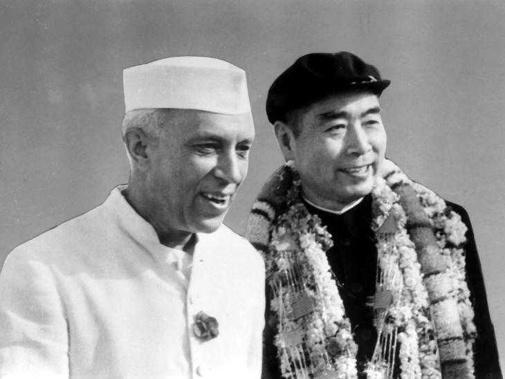 भारत के पहले प्रधानमंत्री जवाहरलाल नेहरू और चीन के पहले राष्ट्रपति झोऊ इन-लाई। अप्रैल 1960 में झोऊ भारत दौरे पर आए थे।