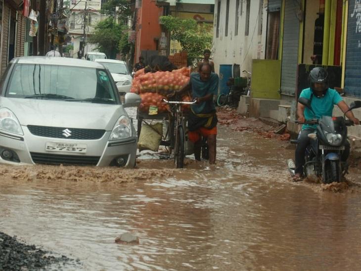 राजधानी के राजेंद्र नगर इलाके में गलियों में पानी भर गया, जिससे यहां आने-जाने वाले लोगों को भारी परेशानी हो रही है।