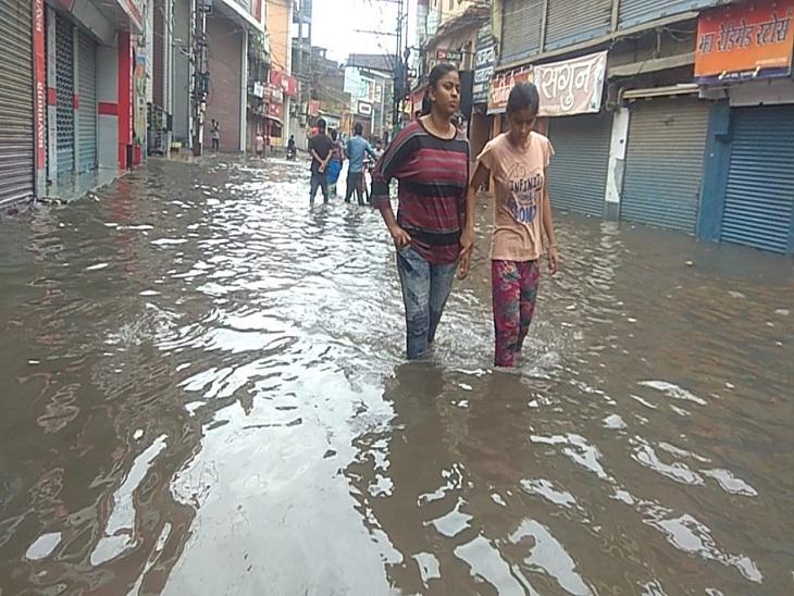 छपरा में भी मूसलाधार बारिश के बाद कई जगहों पर घुटनों तक पानी भर गया।