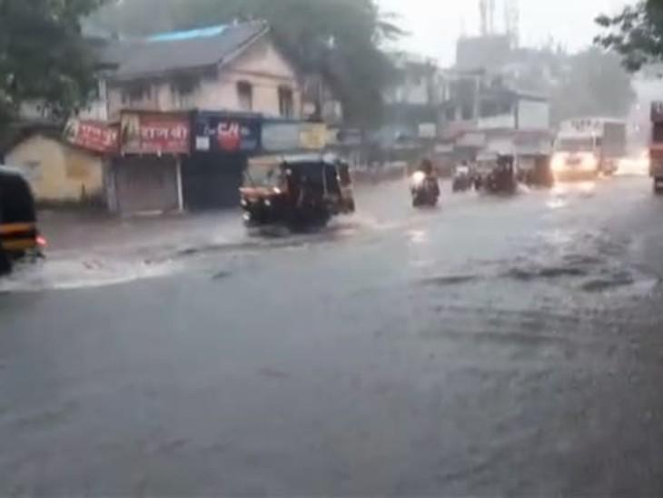 शनिवार सुबह से हो रही बारिश से मुंबई के कई निचले इलाकों में सड़कों पर पानी भर गया है।