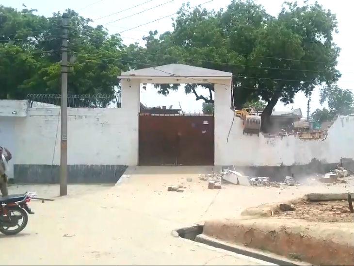 घर गिराने से पहले पुलिस ने विकास के पिता और उनकी नौकरानी को बच्चों समेत घर से बाहर निकाल लिया था।