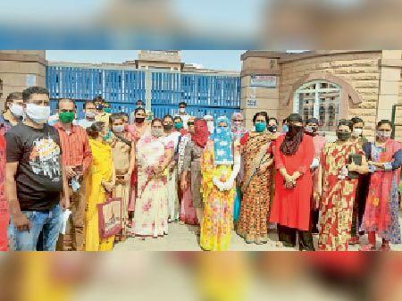 ऑनलाइन क्लास के बदले फीस लेने के विरोध में अभिभावकों ने किया प्रदर्शन जोधपुर,Jodhpur - Dainik Bhaskar