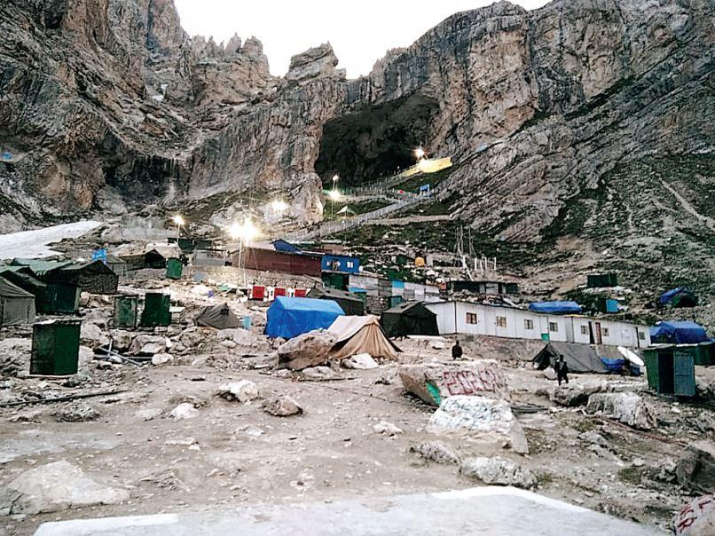 तस्वीर बाबा बर्फानी गुफा के प्रवेश द्वार की है। अमरनाथ यात्रा हर साल 42 दिन तक चलती है। इस बार यात्रा 23 जून से शुरू होनी थी, लेकिन कोरोना संक्रमण के कारण देरी हुई।