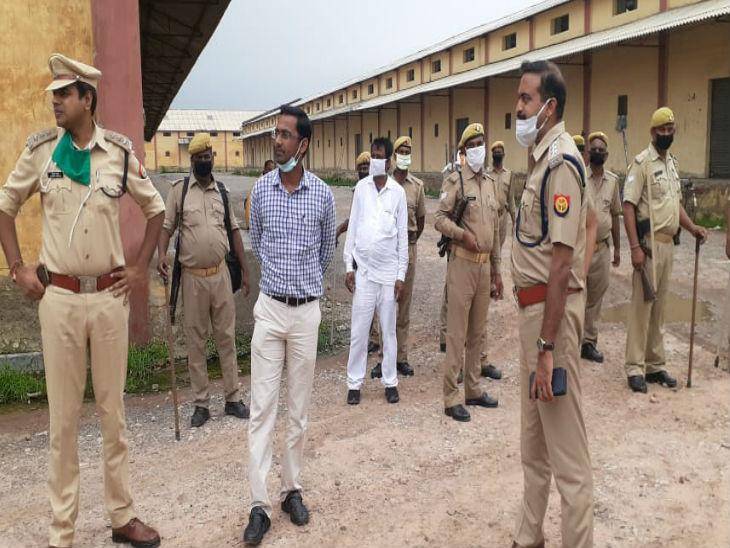 गाजीपुर में पुलिस ने बाहुबली विधायक मुख्तार अंसारी के करीबियों के अवैध कब्जों के खिलाफ अभियान शुरू कर दिया है। इसी क्रम में फतेउल्लापुर में अवैध कब्जे को हटाया गया। - Dainik Bhaskar