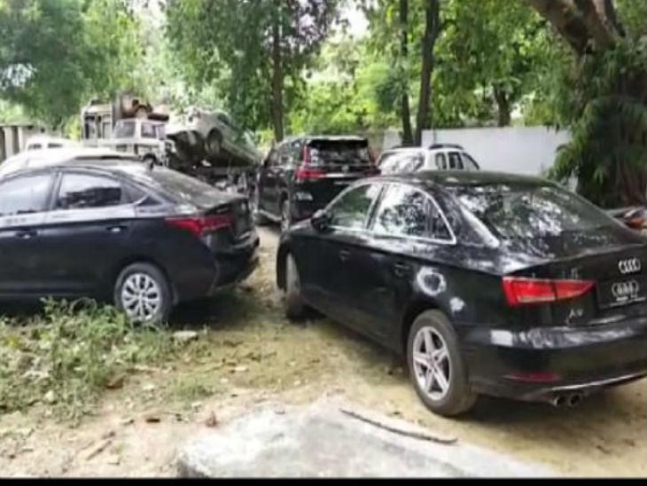 कानपुर में बरामद हुई तीन लग्जरी गाड़ियां।