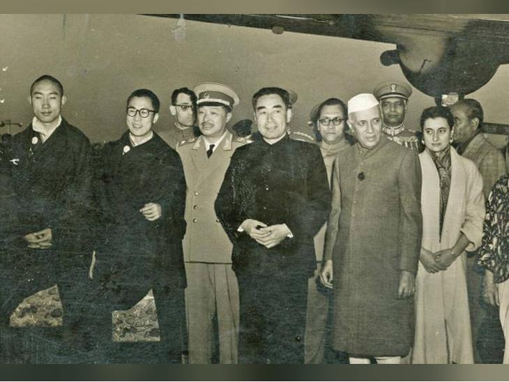 ये तस्वीर 28 नवंबर 1956 की है। उस समय चीन के प्रधानमंत्री झोऊ एन-लाई 12 दिन के दौरे पर भारत आए थे। उनके साथ दलाई लामा भी भारत आए थे। (पहले से दूसरे नंबर पर दलाई लामा, चौथे पर झाऊ एन-लाई, पांचवें पर जवाहर लाल नेहरू और छठे पर इंदिरा गांधी)