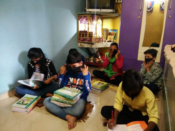 मोहल्ले के बच्चे एक घर में ही पढ़ाई करने पहुंचे। इस दौरान सभी ने सोशल डिस्टेंसिंग का ध्यान रखा। - Dainik Bhaskar