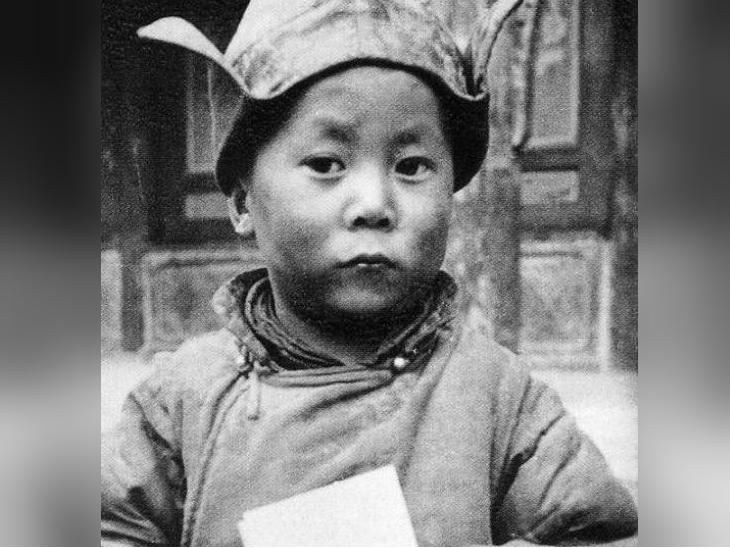 6 जुलाई 1935 को जन्मे दलाई लामा को 1937 में जब तिब्बत के धर्मगुरुओं ने देखा तो पाया कि वे 13वें दलाई लामा थुबतेन ग्यात्सो के अवतार थे।