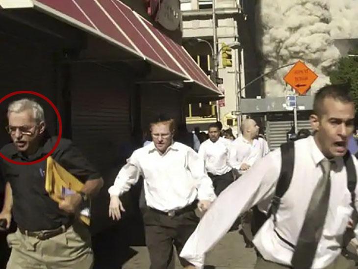 11 सितंबर 2001 में वर्ल्ड ट्रेड सेंटर पर हुए हमले के दौरान भागते हुए स्टीफन कूपर। यह फोटो एपी की फोटोग्राफर सुजैन प्लंकेट ने खींची थी।