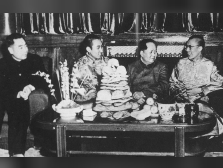 चीन के पहले प्रधानमंत्री झोऊ एन-लाई, पंचेन लामा, माओ त्से तुंग और दलाई लामा।