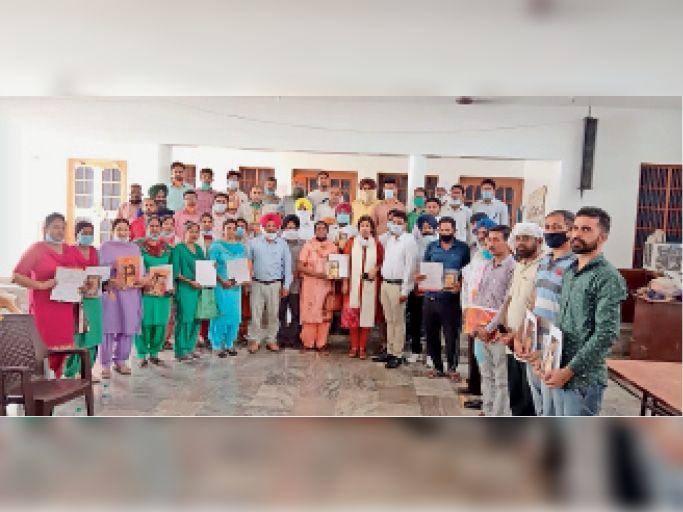 कोरोना काल में दी गईं सेवाओं के लिए सम्मानित हुए कर्मचारी, वालंटियर, अध्यापक व विद्यार्थी। - Dainik Bhaskar