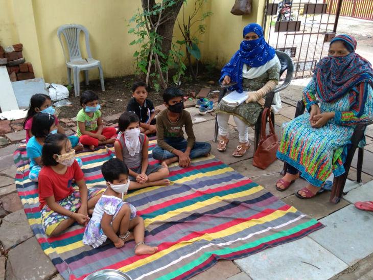 तस्वीर में टीचर बच्चों को उनके घर में पढ़ा रही हैं। कोरोना के चलते सभी ने मास्क पहन रखे हैं।
