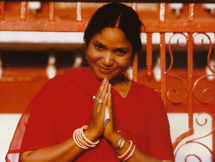 फूलन देवी 1994 में सपा के टिकट पर मिर्जापुर से जीतकर लोकसभा पहुंची। 2001 में फूलन की हत्या कर दी गई।